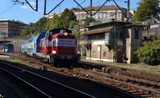 Pociąg REGIO nr 89424 relacji Szczecin Gł. - Szczecinek opuszcza stację początkową