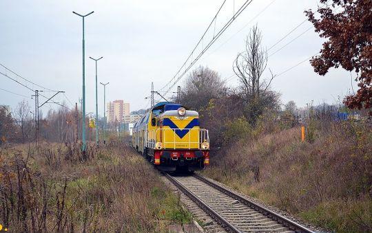 Pociąg specjalny nr 88320 rel. Kliniska - Police Chemia zatrzymuje się na zrujnowanym przystanku Szczecin Żelechowo