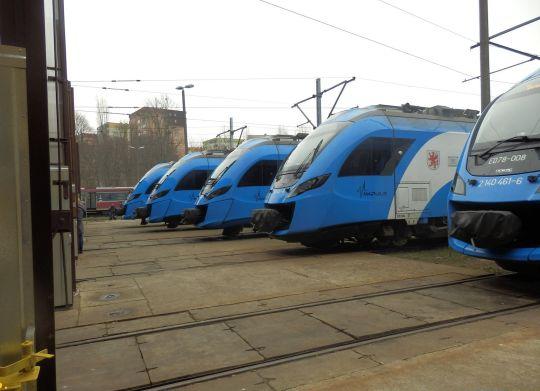 Impulsy czekające na zwiedzających przed halą lokomotywowni