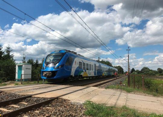 Impuls mija pracujących robotników i mknie dalej w stronę Poznania
