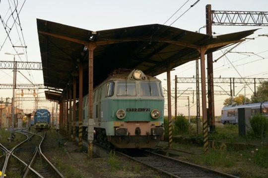 Przeznaczona do likwidacji lokomotywa ET22-523 oczekuje na wciągnięcie na tor kasacyjny